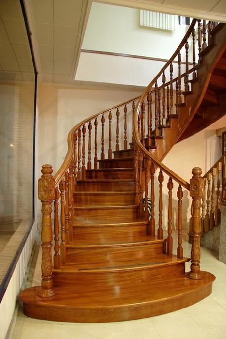 Scala bianca escaleras de madera gran variedad en for Modelos de escaleras de madera para interiores