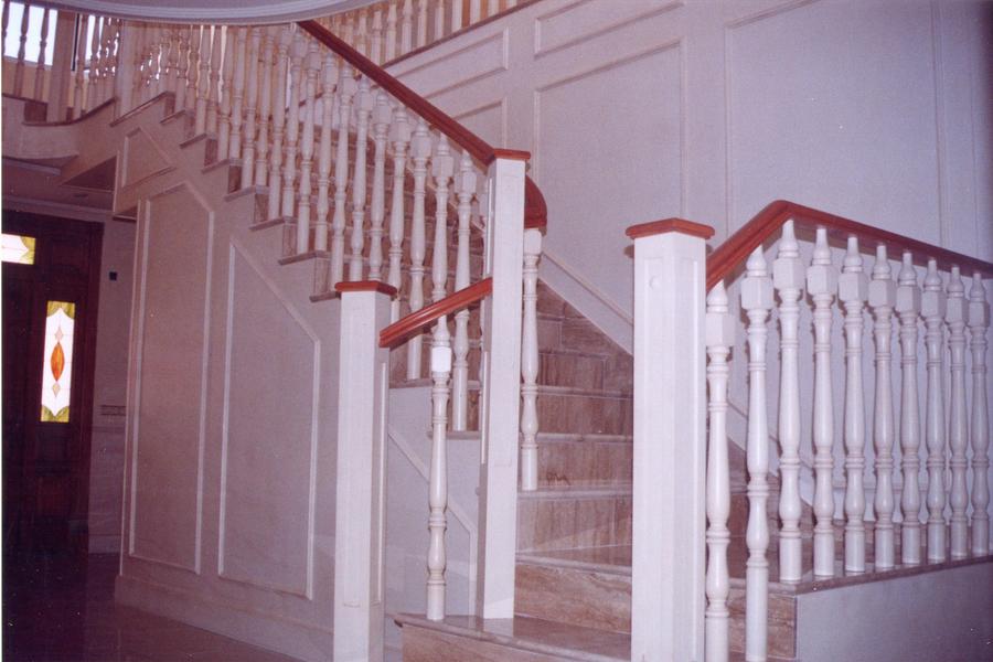 Scala bianca las barandas en madera dan un toque cl sico - Barandas de escaleras de madera ...