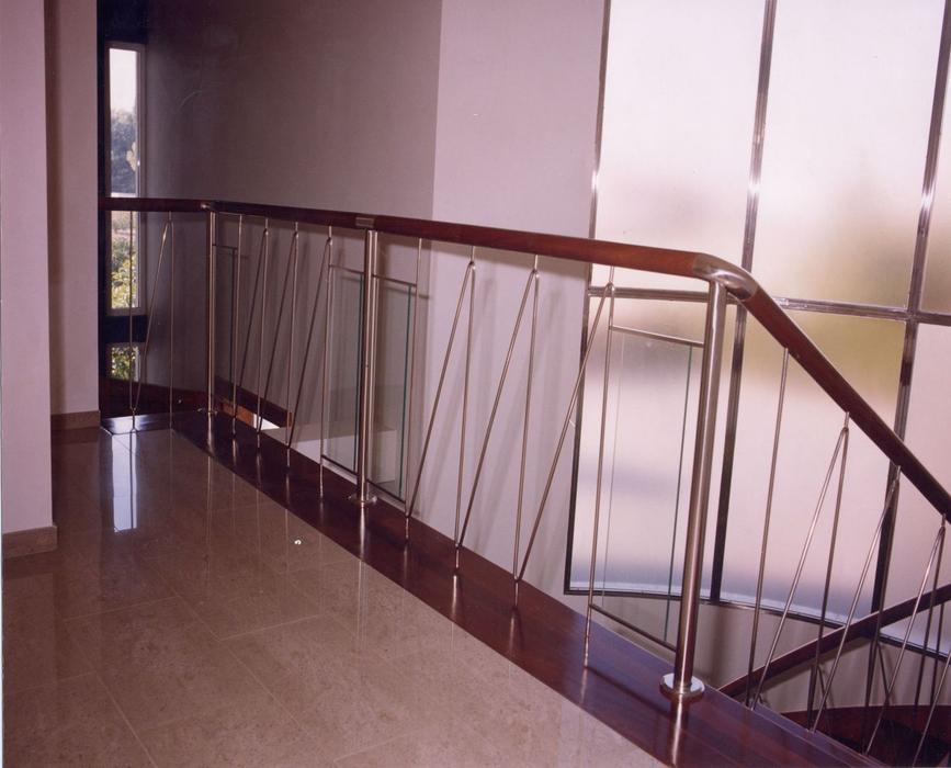 Scala bianca trabajos realizados en barandas en aceros - Barandas de escaleras de madera ...