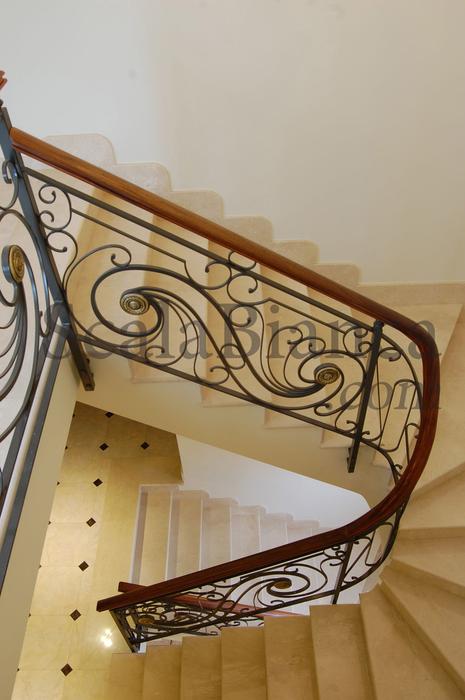 Scala bianca barandas rusticas empleando balaustradas de forja - Barandas de madera para escaleras ...
