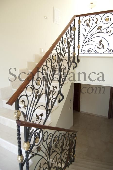 Scala bianca barandas rusticas empleando balaustradas de forja - Barandillas de escaleras interiores ...