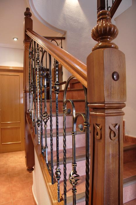 Scala bianca barandas rusticas empleando balaustradas de forja - Escaleras de madera rusticas ...
