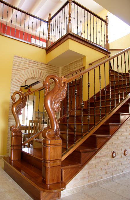 Scala bianca barandas rusticas empleando balaustradas de forja - Barandas para escaleras de madera ...