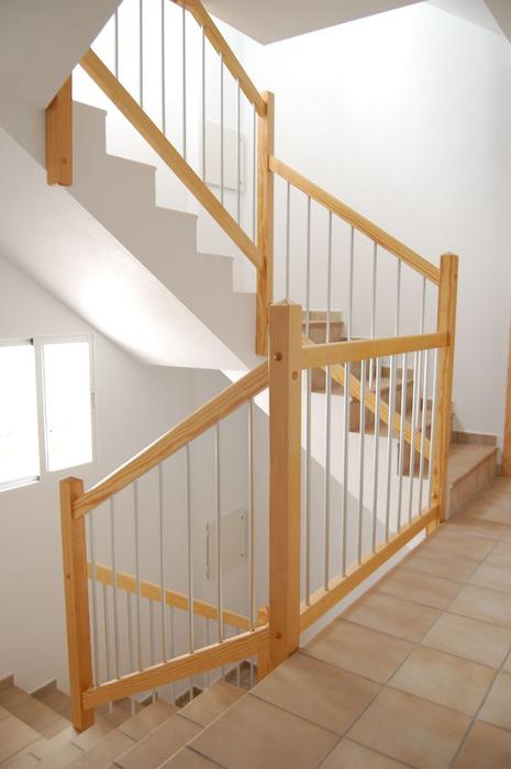 Scala bianca barandas de aluminio - Barandas de madera para escaleras ...