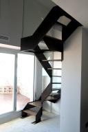 Escalera de hierro y cristal
